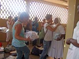 Distribution de médicaments à l'hôpital de Régina Pacis