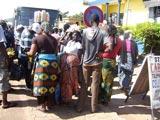 Arrêt de 15mn à Atakpamé pour se restaurer : de nombreux vendeurs portent leurs victuailles sur la tête.
