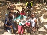 En haut du trou Paul et David, dans le trou Hélou, Aniki, Victor, Sassou, Boris et Emmanuel