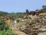 En haut du village, l'antenne télé sur le mont Agou.