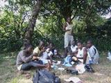 Premier sandwich au pâté pour ces jeunes Togolais.