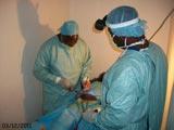 Les chirurgiens d'AIMES-AFRIQUE opèrent un patient d'une hernie hydrocèle.