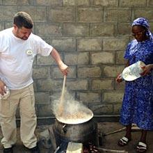 Un repas pour les écoliers du village de Baka Kopé