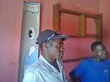 Deux habitants du village concentrés sur l'explication donnée par Daniel sur le projet.